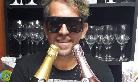 DJ Português vira garoto propaganda de uma marca de espumantes