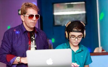 DJ Português se apresenta na festa do ator mirim Xande Valois